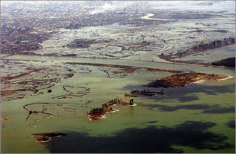 26 décembre 2004 : un séisme de 9 sur l'échelle de Richter secoue les fonds marins, des vagues géantes s'abattent sur l'Indonésie, la Thaïlande... Ce tremblement de terre s'est produit :