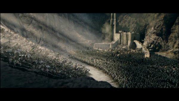 Qui arrive à l'est pour sauver le roi Théoden ?