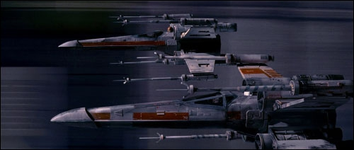 Toujours pendant la bataille, quel nom de code porte le chasseur piloté par Luke Skywalker, avec R2-D2 comme droïde astromécano ?