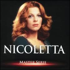 Nicoletta chantait en 1971 une très jolie chanson qui avait pour titre : ´Mamy Blue´. Elle le faisait en l´honneur de qui ?