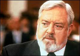 Quel rôle Raymond Burr a-t-il joué ?