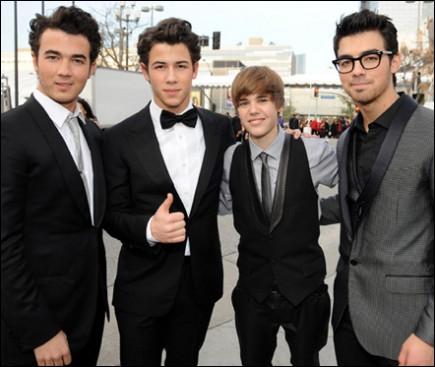 Pour quelle raison y a-t-il eu une mini-guerre entre les fans de Justin et ceux des Jonas Brothers sur Internet ?