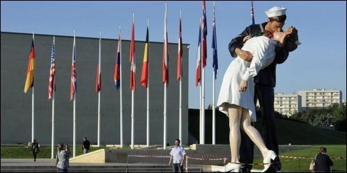 Dans quelle ville française trouve-t-on un mémorial de la Seconde Guerre Mondiale ?