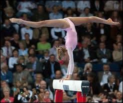 Cette gymnaste est-elle en équilibre écart ?
