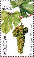 Quel est ce fruit transformé en jus et en vin visible sur ce timbre de Moldavie ?