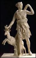 Quel est le nom de la fille que Zeus a eu avec la Titanide Léto ? Ses principaux attributs sont la biche, l'arc, le croissant de Lune, le carquois, les flèches d'argent...