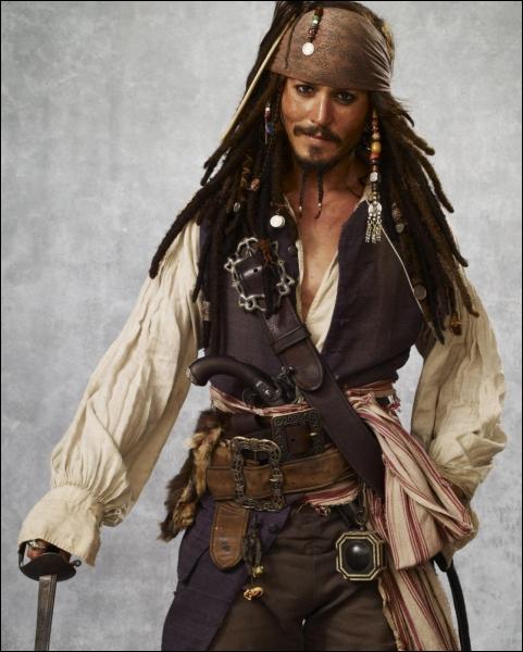 Durant le tournage de  Pirate des Caraibes , Johnny Depp aurait reçu une lettre d'une fillette de 9 ans qui lui demandait de l'aider à former une  mutinerie  contre ses professeurs. Qu'a-t-il fait ?