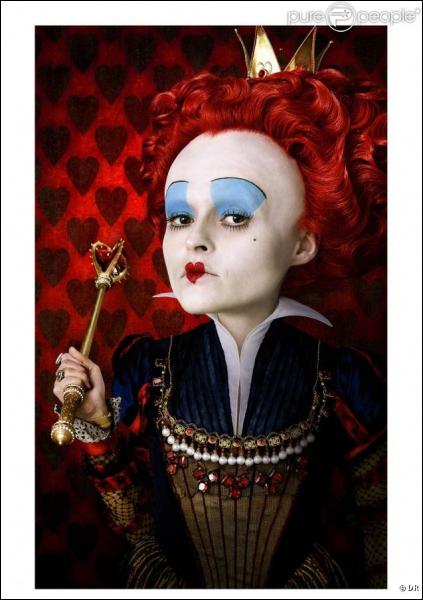 Dans la nouvelle version  d'Alice au pays des merveilles , Helena Bonham Carter (la reine rouge), a raconté que son maquillage prenait trois heures à faire, mais qu'elle adorait être royale et que... ?