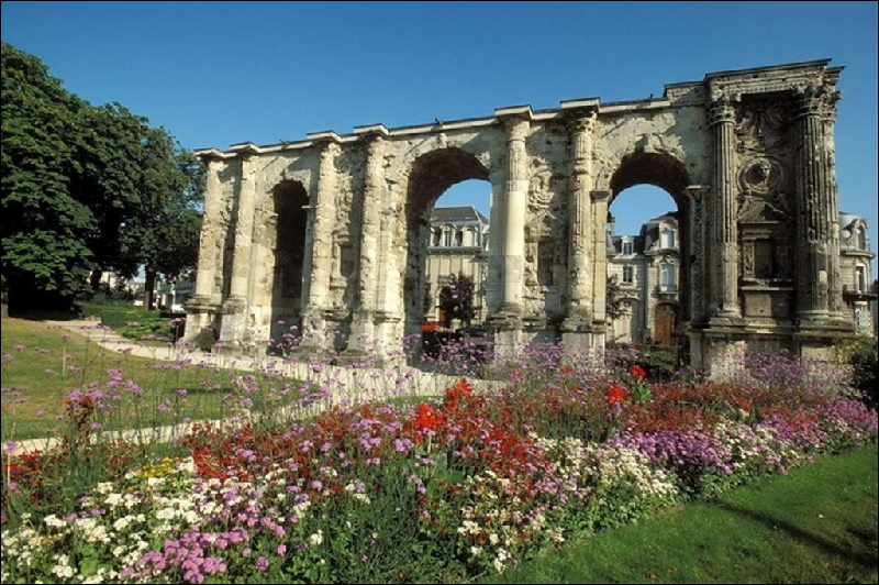 Dans quelle ville de Champagne-Ardenne, célèbre pour sa cathédrale, peut-on voir cette  Porte de Mars  datant du IIIe siècle, et classée monument historique depuis 1840 ?