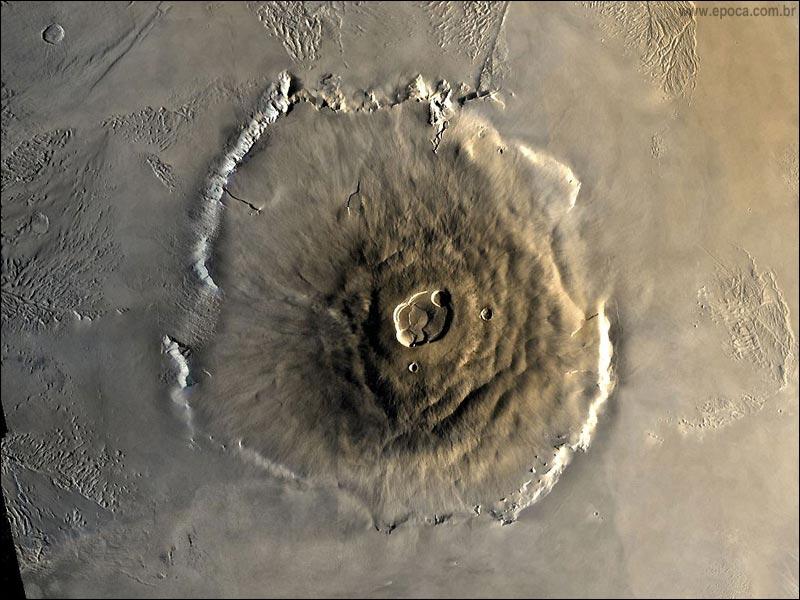 Mars est une planète tellurique qui offre la particularité de posséder la plus grande chaîne de montagne du Système solaire, le volcan Olympus Mons. A quelle altitude culmine-t-il environ ?
