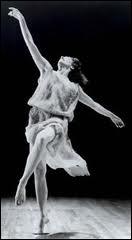 Isadora Duncan ((1878 / 1927) fut une célèbre danseuse qui changea la danse moderne. Elle mourut bêtement à Nice...