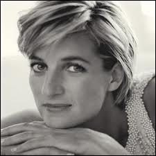 Lady Diana Spencer (1961 / 1997) est décédée dans le terrible accident de la Mercedes Benz S 280 en compagnie de Dodi Al-Fayed et du chauffeur du véhicule. C'était dans le tunnel du pont...
