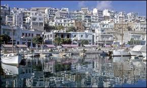 La photo est un port d'Athènes, je suis sou ...