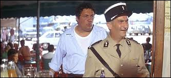 Dés que Cruchot arrive à Saint-Tropez, il met une contravention à un gérant d'un bar, pourquoi ?