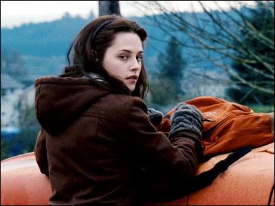 Quelle est la première chose que les lycéens de Forks disent à propos de la camionnette de Bella, lorsqu'elle arrive au lycée ?