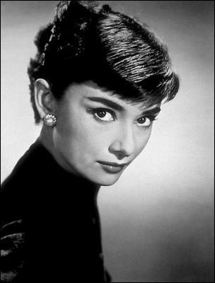 Elle a su tirer le meilleur parti d'Hollywood sans jamais devenir un produit hollywoodien. Elle a fait don d'un peu d'Audrey à tout le monde  (David Niven). Audrey Hepburn n'a pas joué dans :