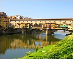 Le Ponte Vecchio situé à Florence en Italie, qui date de 1345, a été utilisé par les Médicis avec un couloir surplombant l'une des rangées de boutiques du pont pour éviter la foule et les attentats.