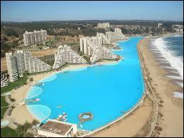 La plus grande piscine à l'échelle planétaire se situe près de la ville d'Algarrobo au Chili. Elle mesure 1 kilomètre de long, s'étend sur 8 hectares et peut se traverser en bateau.