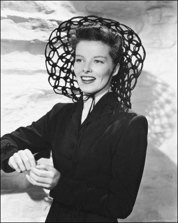 Quelle femme extraordinaire, si habile dans son art, si magnétique que si vous n'y prenez garde, vous finissez comme accessoire du décor . (Bob Hope) Katharine Hepburn n'a pas joué dans :