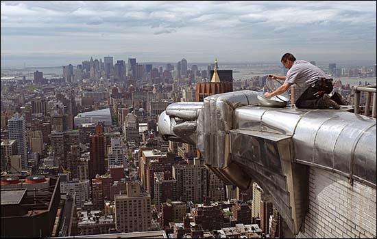 Sur quel gratte-ciel de Manhattan peut-on admirer cette gargouille des temps modernes ?