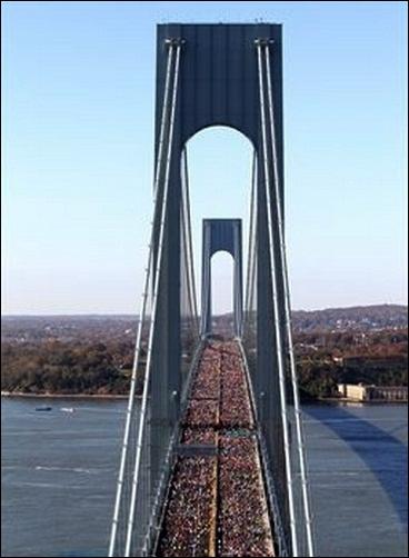 Quel pont de la ville empruntent chaque année des dizaines de milliers de marathoniens le premier dimanche de novembre ?