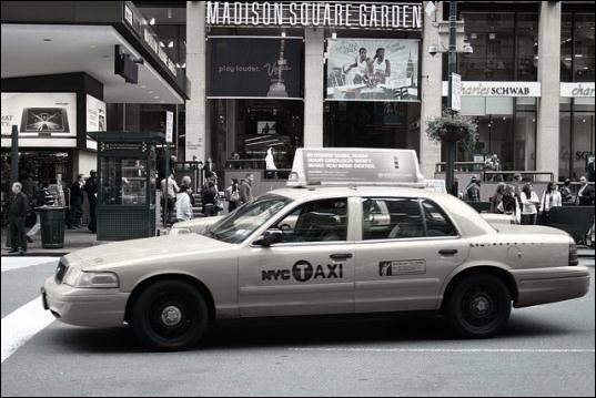 Si cette photo était en couleurs, ce taxi serait...