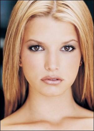 Comment s'appelle cette bimbo blonde plus célèbre pour ses frasques dans les magazines que pour son art ?