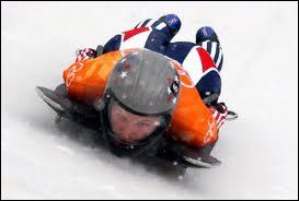 Quel sport d'hiver voit son coureur se lancer sur son engin à plat ventre, tête première pour dévaler une piste glacée ?