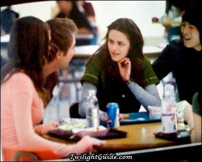 A qui Bella s'intéresse-t-elle à son arrivée ?
