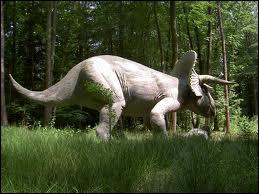 Le tricératops vivait aux Etats-Unis et au Canada il y a 68 millions d'années . Combien de cornes avait-il ?