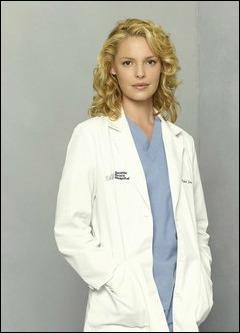 De quelle couleur était la robe d'Izzie quand elle trouva Denny mort ?