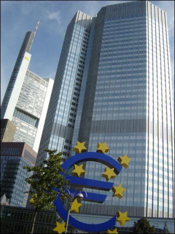 Parmi ces décisions laquelle n'a pas été ratifiée en 1992 au traité de Maastricht ? (photo : l'Eurotower :le siège de la Banque Centrale Européenne à Francfort)
