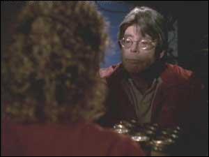 Rose Red est une mini-série américaine réalisé par Craig R. Baxley et scénarisée par Stephen King. Rose Red est le nom d'un manoir hanté. Quel rôle a tenu Stephen King dans cette série ?