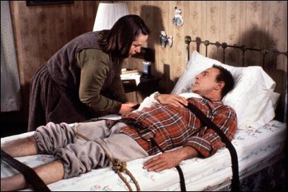 Autre oeuvre de Stephen King, réalisé par Rob Reiner. Paul Sheldon ( J. Caan) est un auteur à succés séquestré par Annie Wilkes ( K. Bates), une admiratrice psychopathe ?