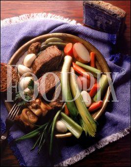 De la viande bouillie dans de l'eau avec des légumes et un bouquet garni, je suis :