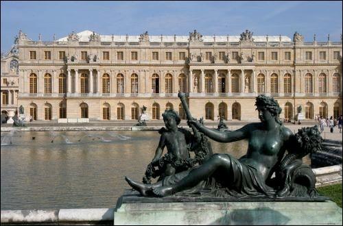 Quelle fut la résidence permanente de Louis XIV à partir de 1682 ?