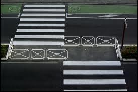 Il y a un passage piéton à moins de 50 mètres de vous et vous voulez traverser : Que faîtes-vous ?