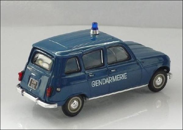 Le mythique véhicule de gendarmerie. En effet, c'était l'une des seules voitures françaises de l'époque qui permettait de conduire avec le képi sur la tête !