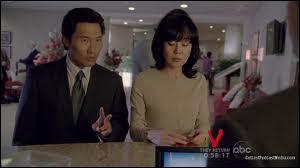 Mademoiselle Paik  : Dans les flashs parallèles de Jin et Sun, à quoi servait l'argent que Jin se fait confisquer aux douanes ?