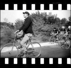 Film de Jacques Tati sorti initialement en Noir et Blanc en 1949 . Une seconde version avec des plans nouveaux coloriés au pochoir sortira en 1964. Une 3ème version sera entièrement colorisée en 1995