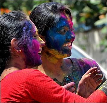Que célèbrent les Hindous pendant la fête de Holî (la fête des couleurs) ?