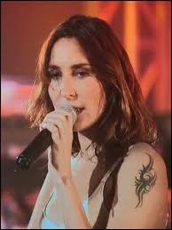 Elle, chante mais son homonyme est l'héroïne d'un roman, par qui a-t-il été écrit ?