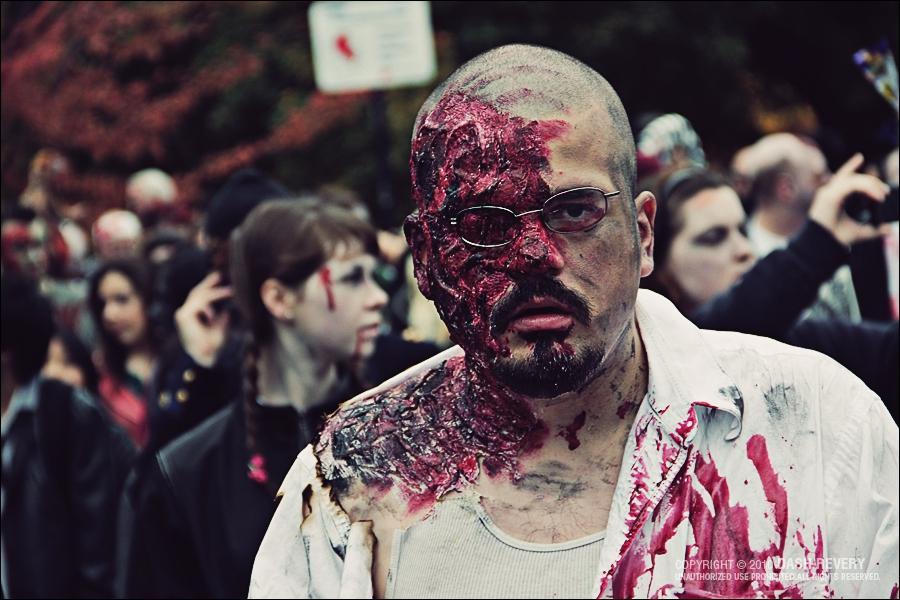 Une infection transmise par des zombies se répand sur un campus d'université. Le gouvernement recherche le premier zombie pour trouver l'antidote !