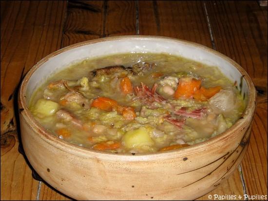 Spécialité béarnaise, quelle est cette soupe composée avec du chou, d'autres légumes, du confit de canard et un talon de jambon de Bayonne ?