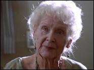 Arrivée à un âge avancé, Rose meurt. Des photos sont autour d'elle, pourquoi ?