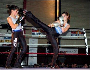 La boxe française se pratique avec les poings et les pieds. On l'appelle aussi...