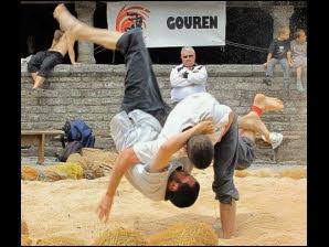 Quel art martial se pratique pieds nus, avec un pantalon (bragoù) et une chemise à manches courtes serrée par une ceinture (roched) ?