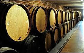 La lambic est une bière belge de fermentation spontanée qui mûrit dans des tonneaux en chêne de 650 litres. Devinez comment s'appellent ces fûts.