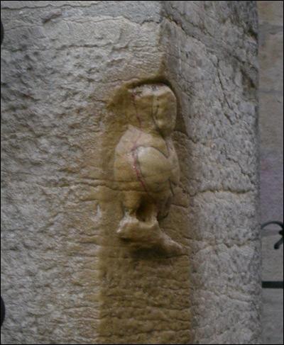 Cette chouette aux contours indéfinis est visible sur un mur extérieur de l'église Notre-Dame de Dijon. Pourquoi l'oiseau a-t-il perdu ses formes initiales ?