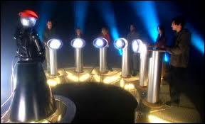 (Episode 11) Combien de temps s'est écoulé entre la première et deuxième venue du Docteur sur le satellite 5 ?